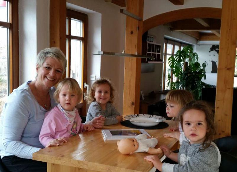 [Foto von Tanja Krist mit Tageskindern]